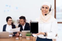 De vrouw in hijab bevindt zich in het call centre stock foto