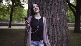 De vrouw in hoofdtelefoons danst stock video