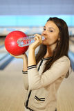 De vrouw houdt bal en drinkt zuiver water Royalty-vrije Stock Afbeelding