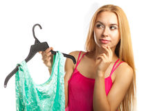De vrouw houdt blouse en twijfel om of niet te kopen Royalty-vrije Stock Afbeelding