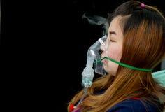 De vrouw houdt de behandeling van het maskerinhaleertoestel van astma royalty-vrije stock afbeelding