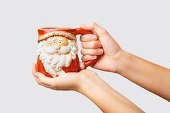 De vrouw houdt dichte omhooggaand van de de winterkop Het houden van een comfortabele mok De winter en Kerstmistijd royalty-vrije stock foto