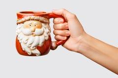 De vrouw houdt dichte omhooggaand van de de winterkop Het houden van een comfortabele mok De winter en Kerstmistijd stock afbeeldingen