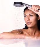 De vrouw houdt douche in handen met dalend water Royalty-vrije Stock Afbeelding