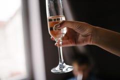 De vrouw houdt een glas met drank in hand dichte omhooggaand royalty-vrije stock foto