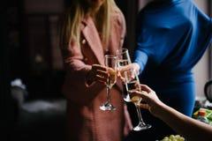 De vrouw houdt een glas met drank in hand dichte omhooggaand royalty-vrije stock foto's