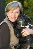 De vrouw houdt een hond Royalty-vrije Stock Afbeelding