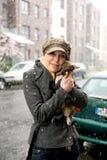 De vrouw houdt een kleine hond Stock Afbeeldingen