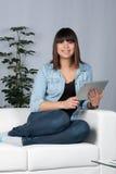 De vrouw houdt een tablet royalty-vrije stock foto