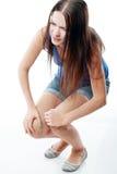 De vrouw houdt haar been Stock Foto