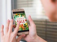 De vrouw houdt in hand de telefoon online het winkelen maakt Een vrouw winkelt bij de online opslag royalty-vrije stock foto's
