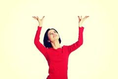 De vrouw houdt iets abstract Stock Foto