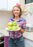 De vrouw houdt plaat met verse groene appelen Royalty-vrije Stock Foto's