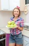 De vrouw houdt plaat met verse groene appelen Royalty-vrije Stock Afbeeldingen
