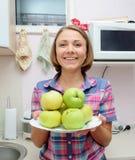 De vrouw houdt plaat met verse groene appelen Stock Fotografie