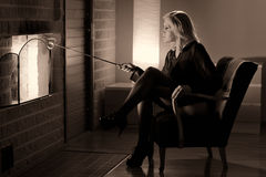 Vrouw en open haard Stock Afbeelding