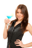 De vrouw houdt populaire blauwe tropische martini cocktail Royalty-vrije Stock Fotografie