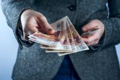 De vrouw houdt Russische roebels Royalty-vrije Stock Foto's