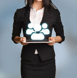 De vrouw houdt tablet met teampictogram Stock Fotografie