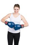 De vrouw houdt tegen elkaar bokshandschoenen Royalty-vrije Stock Foto's