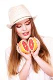 De vrouw houdt twee halfs van grapefruitcitrusvruchten in handen Stock Foto's