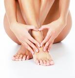 De vrouw houdt van haar benen Stock Fotografie