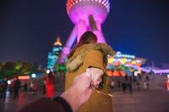 De vrouw in jasje kleedt de belangrijke mens tot oosterse pareltoren in Shanghai royalty-vrije stock afbeeldingen