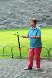 De vrouw jongleert met in één van parken, Peking Royalty-vrije Stock Afbeelding