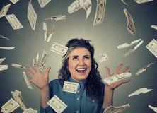 De vrouw jubelt pompende extatische vuisten viert succes onder geldregen die onderaan de bankbiljetten van dollarrekeningen valle royalty-vrije stock afbeeldingen
