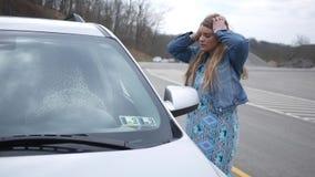 De vrouw kan niet in haar auto krijgen en is uit gesloten stock videobeelden