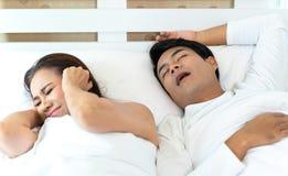 De vrouw kan niet slapen terwijl man het snurken stock afbeelding
