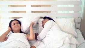 De vrouw kan niet slapen terwijl man het snurken stock video