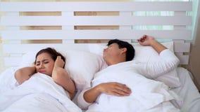 De vrouw kan niet slapen terwijl man het snurken stock videobeelden