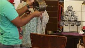 De vrouw kiest decoratieve toebehoren in de opslag stock footage