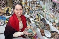 De vrouw kiest Egyptische herinnering Stock Afbeeldingen