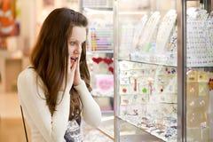 De vrouw kiest jewerly Stock Foto's