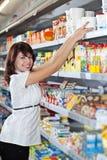 De vrouw kiest voedsel Stock Foto