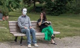 De vrouw kijkt een vreemde man Stock Afbeeldingen