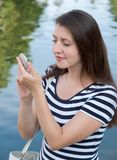 De vrouw kijkt in spiegel Royalty-vrije Stock Afbeelding
