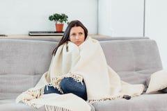 De vrouw kijkt TV op de laag De mooie vrouw die op TV letten viel in slaap royalty-vrije stock afbeeldingen