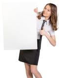 De vrouw kijkt uit van achter een groot leeg wit Royalty-vrije Stock Afbeeldingen