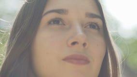 De vrouw kijkt vooruit close-up, zeker onderzoek toekomstig, kalm ogen jong wijfje stock footage