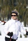 De vrouw is klaar voor ski. Stock Fotografie