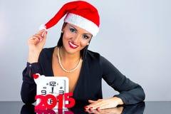 De vrouw kleedde zich als Santa Claus-het vieren Kerstmis Stock Fotografie