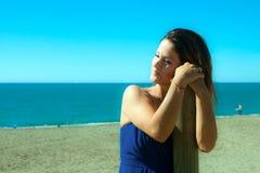 De vrouw kleedde zich in blauw op het strand Royalty-vrije Stock Foto