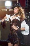 De vrouw kleedde zich in steampunkstijl het stellen over retro auto Stock Afbeelding