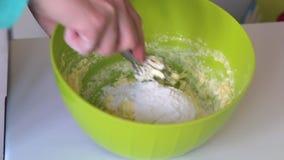 De vrouw kneedt deeg voor het maken van heemstsandwiches Ingrediënten en hulpmiddelen om te maken op de lijst liggen stock videobeelden