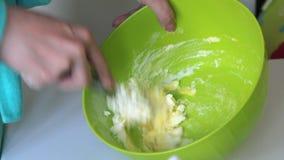 De vrouw kneedt deeg voor het maken van heemstsandwiches Ingredi?nten en hulpmiddelen om te maken op de lijst liggen stock video