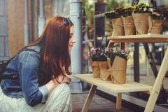 De vrouw koopt bloemen Stock Fotografie