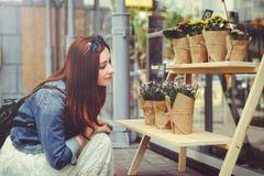 De vrouw koopt bloemen Royalty-vrije Stock Fotografie